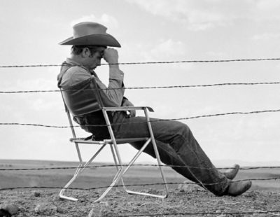 Künstler Frank Worth - FW0317-James-Dean-Seated-Behind-Fence-Set-of-Giant-1955 - Galerie Hegemann