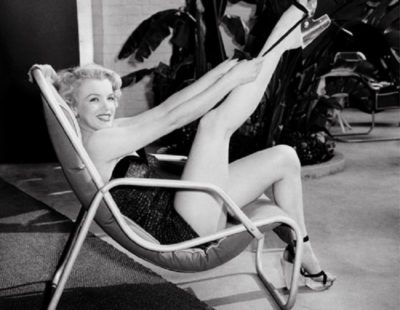 Künstler Frank Worth - FW0325-Marilyn-Monroe-in-Bathing-Suit-with-Leg-Up-1949 - Galerie Hegemann