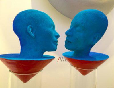 Künstler Toon Tullermans - Kiss, 2015, colorierte Keramik, 120x20x20 cm inkl. Sockel - Galerie Hegemann
