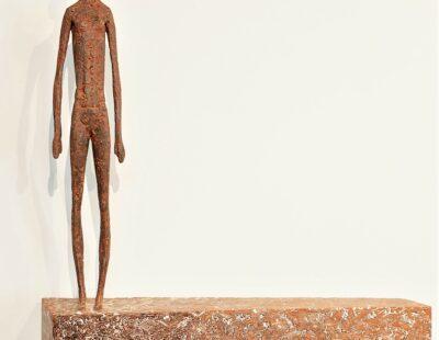 Gerald Moroder, Wartend,Ziegelerde, 51 x 48 cm - GALERIE HEGEMANN