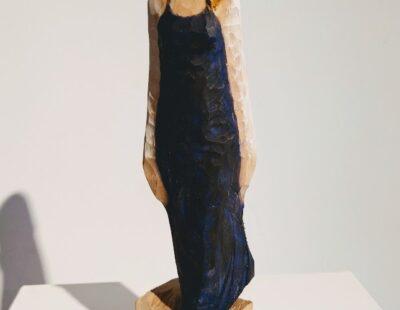 Michael Pickl, Dunkelblaues Kleid, 2021, Linde, Pigment, 28 cm - GALERIE HEGEMANN