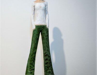 Michael Pickl, Grüne Hose, 2021, Linde, Pigment, 157 cm inkl. Stehle - GALERIE HEGEMANN