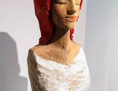 Michael Pickl, Roter Kopf, 2021, Linde, Pigment, 58 cm - GALERIE HEGEMANN