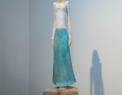 Michael Pickl, Türkiser Rock, 2021, Linde, Pigment, 163 cm inkl. Stehle - GALERIE HEGEMANN