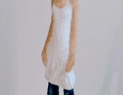Michael Pickl, Windfrau, 2021, Linde, Pigment, 140 cm inkl. Stehle - GALERIE HEGEMANN