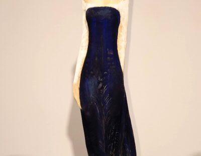 Micheal Pickl, Blaues Kleid, 2021, Linde, Pigment, 152 cm mit Stehle - GALERIE HEGEMANN