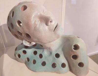 Toon Tullemans, Breathe, 2020, Keramik glasiert, Sockel und Acrylglas, 37x50 cm - GALERIE HEGEMANN