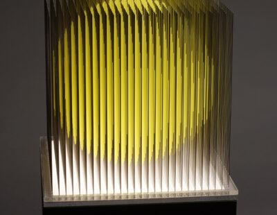 Yoshiyuki Miura, Gelbe Kugel, 2021, Edelstahl, LED, 5 Ex, 134x21x21 cm
