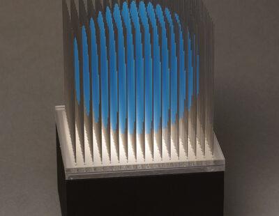 Yoshiyuki Miura, Kugel blau, 2021, Edelstahl, LED, 5 Ex, 23x15x15 cm