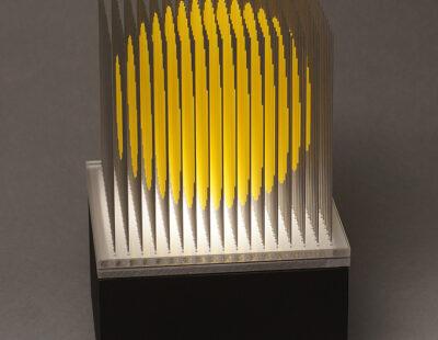 Yoshiyuki Miura, Kugel gelb, 2021, Edelstahldrähte, LED, Auflage 5, 23x15x15 cm