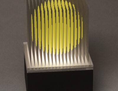 Yoshiyuki Miura, Kugel neongelb, 2021, Edelstahldrähte, lackiert, LED, Auflage 5, 23 x 15 x 15 cm - GALERIE HEGEMANN