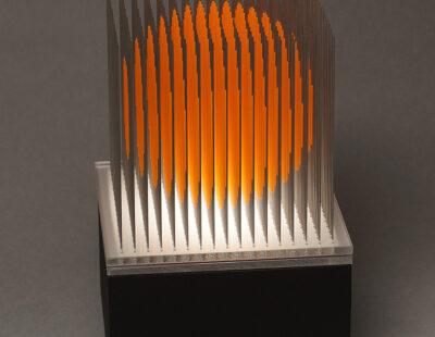 Yoshiyuki Miura, Kugel orange, 2021, Edelstahldrähte, LED, Auflage 5, 23x15x15 cm